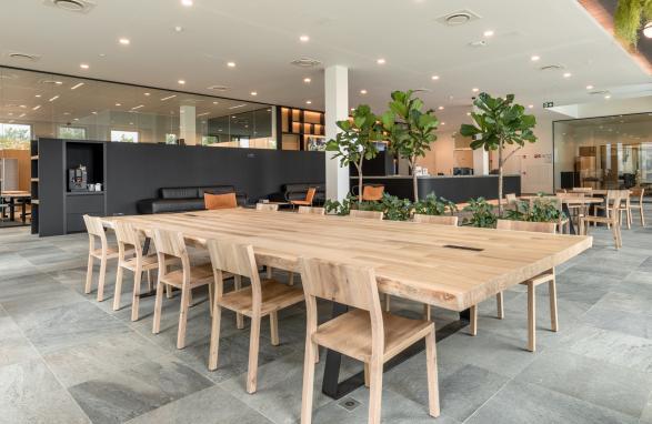 table en bois sur mesure pour entreprise Mediahuis