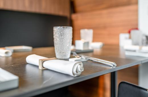 Zijaanzicht gedekte tafel restaurant Vivendum
