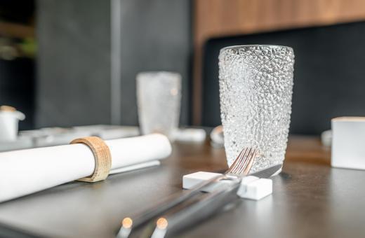 Gedekte tafel met kristallen glas en bestek