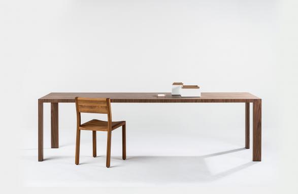 tafel andreza bois foncé avec chaise vue de face