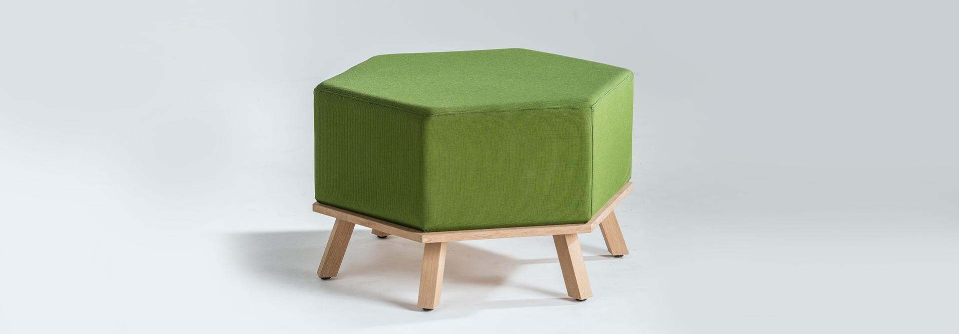 Pouf Hex vert avec pieds en bois