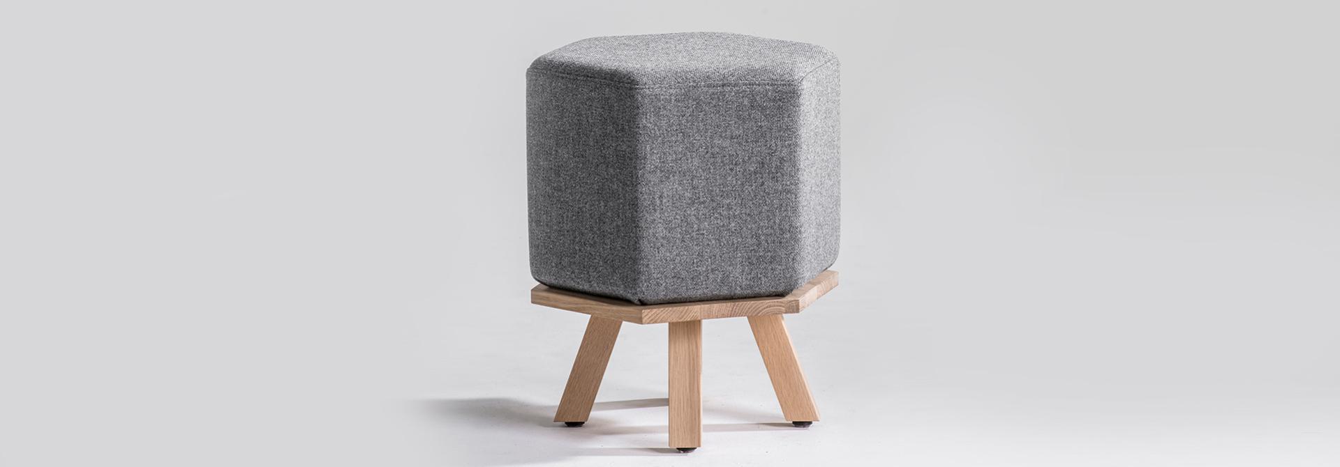 pouf hex grijs met houten poten