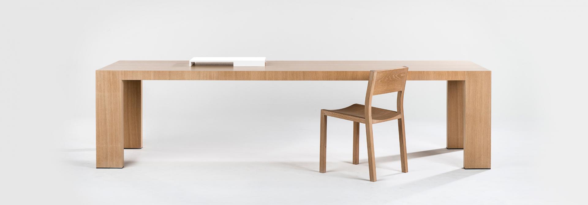 tafel johanna hout met stoel vooraanzicht